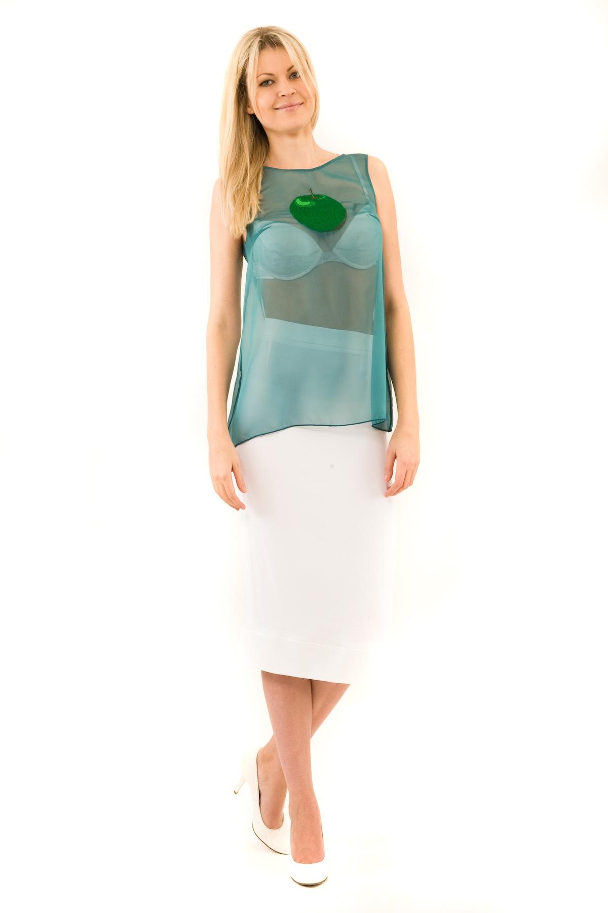 БлузаЖенские блузки<br>Эффектная блузка Doctor E оригинального дизайна привлечет к Вам всеобщее внимание и подчеркнет Ваш оригинальный вкус. Модель выполнена из полупрозрачного материала и оформлена стильной вышивкой. Изделие будет удачно гармонировать с любыми предметами гард<br><br>Цвет: изумрудный<br>Состав: 100% полиэстер<br>Размер: 40,42,44,46,48,50<br>Страна дизайна: Россия<br>Страна производства: Россия