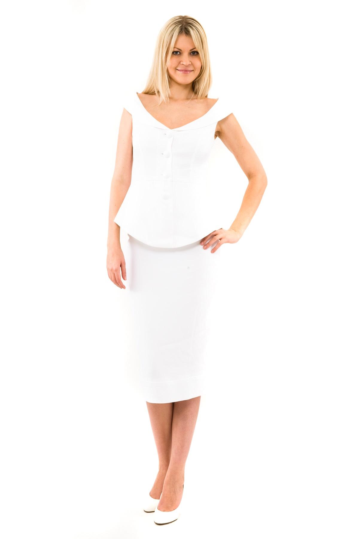 КостюмПлатья,  сарафаны<br>Изысканный фасон этого костюма Doctor Eне может не привлечь внимание, состоящий из жакета без рукавов и юбки, станет незаменимой вещью в гардеробе современной и уверенной женщины. Элегантная юбка Doctor Eактуальной длины выгодно подчеркнет красоту и дли<br><br>Цвет: белый<br>Состав: 99% вискоза, 1% лайкра<br>Размер: 40,42,44,46,48<br>Страна дизайна: Россия<br>Страна производства: Россия