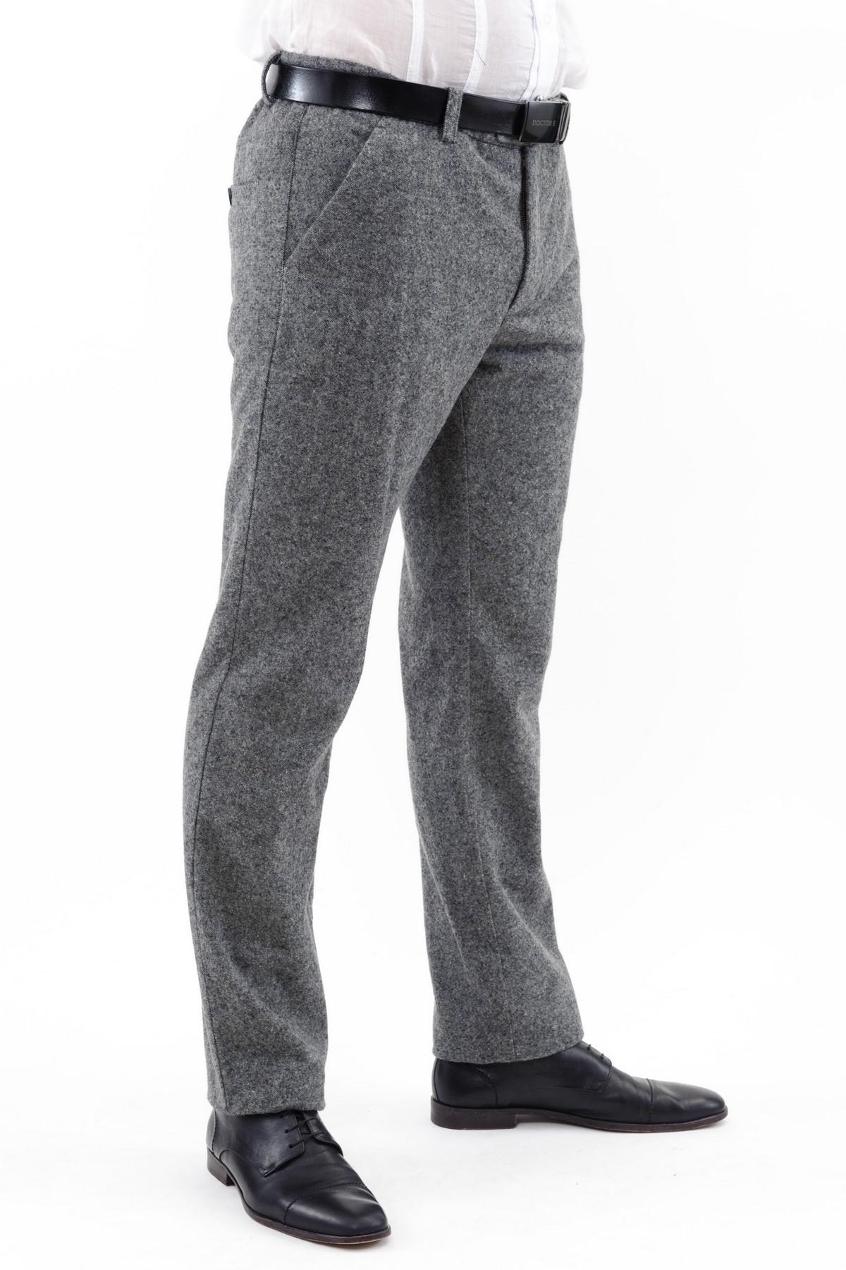 БрюкиБрюки, джинсы, шорты от производителя<br>Стильные брюки эффектного однотонного оттенка. Модель прямого силуэта не стесняет движений. Благодаря лаконичному дизайну эти брюки превосходно гармонируют с любой одеждой.<br><br>Цвет: серый<br>Состав: 80% шерсть, 20% полиэстер, подкладка 100% полиэстер<br>Размер: 52,54,56,58<br>Страна дизайна: Россия<br>Страна производства: Россия