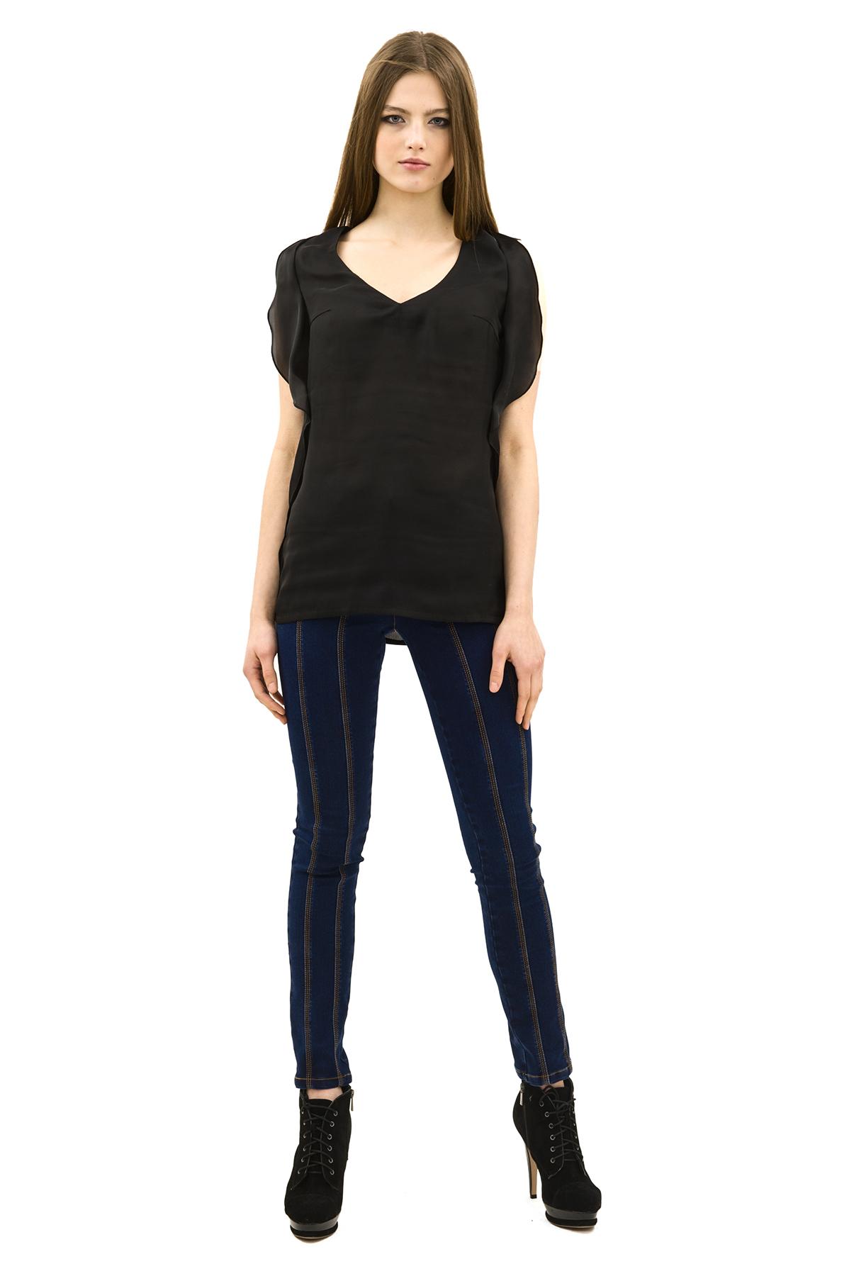 БлузаЖенские блузки<br>Эффектная блузка Doctor E привлечет к Вам всеобщее внимание и подчеркнет Ваш оригинальный вкус. Модель выполнена из полупрозрачного материала и оформлена. Изделие будет удачно гармонировать с любыми предметами гардероба.<br><br>Цвет: черный<br>Состав: 97% полиэстер, 3% лайкра<br>Размер: 42,44,46,48,50,52,54,56,58,60<br>Страна дизайна: Россия<br>Страна производства: Россия
