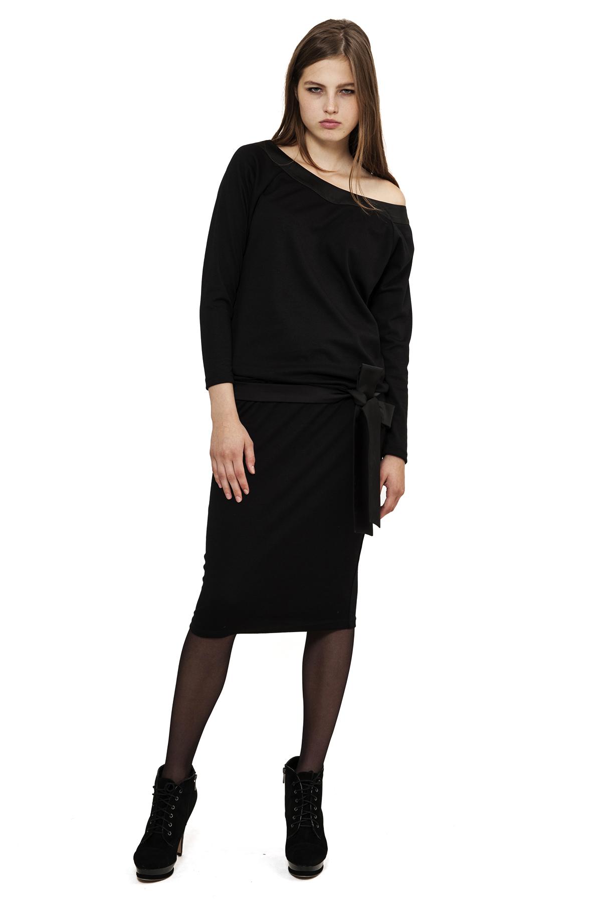 ПлатьеПлатья,  сарафаны<br>Изысканное трикотажное платье преобразит любую девушку, придав ее образу неповторимую чувственность. Добавьте в свой гардероб нотку настоящего изысканного шика вместе с этим ярким стильным очаровательным платьем!<br><br>Цвет: черный<br>Состав: 60% вискоза, 35% полиэстер, 5% лайкра<br>Размер: 40,42,44,46,50,52,54<br>Страна дизайна: Россия<br>Страна производства: Россия