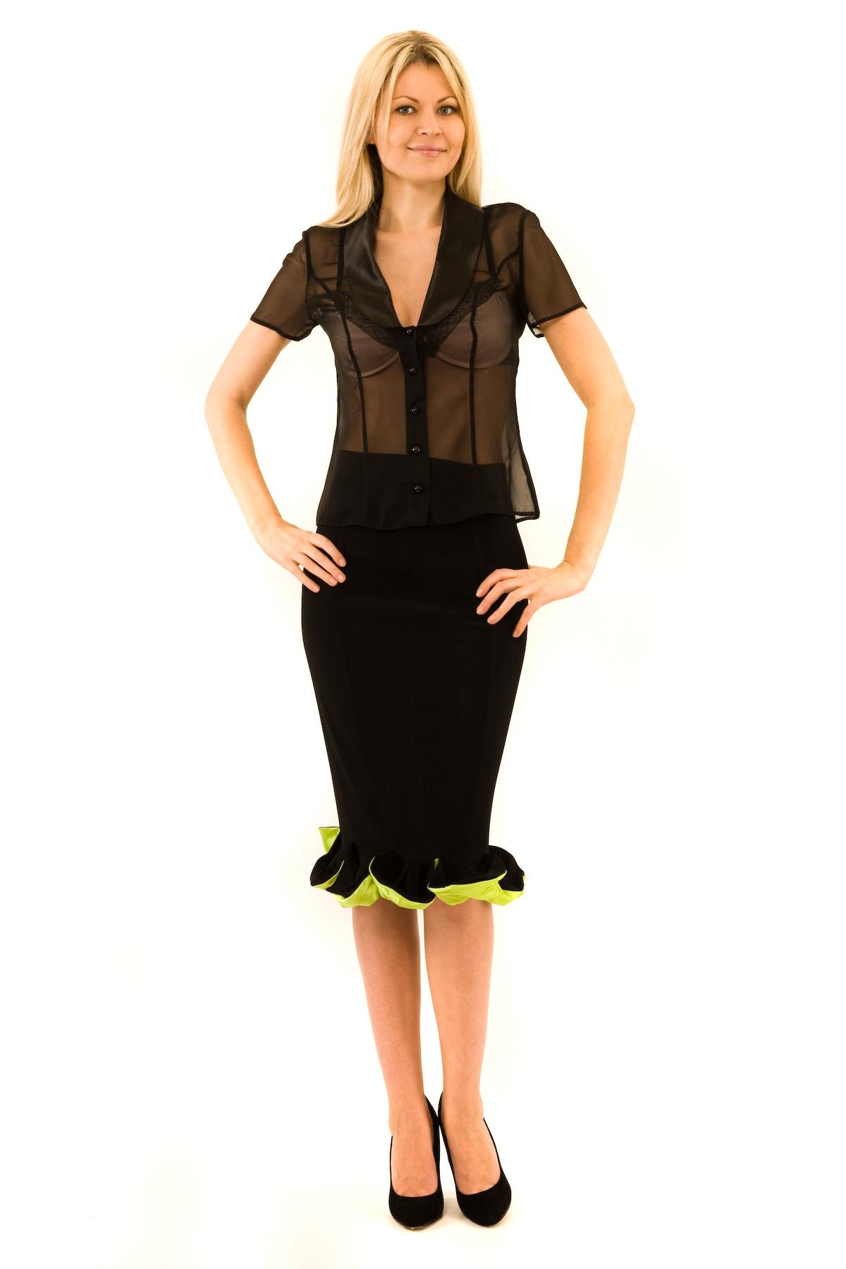 БлузаЖенские блузки<br>Эффектная блузка Doctor E элегантного лаконичного дизайна. Модель выполнена из легкого полупрозрачного материала. Восхитительное дополнение к Вашему повседневному гардеробу.<br><br>Цвет: черный<br>Состав: 100% полиэстер<br>Размер: 40,42,44,46,48,50,52,54<br>Страна дизайна: Россия<br>Страна производства: Россия