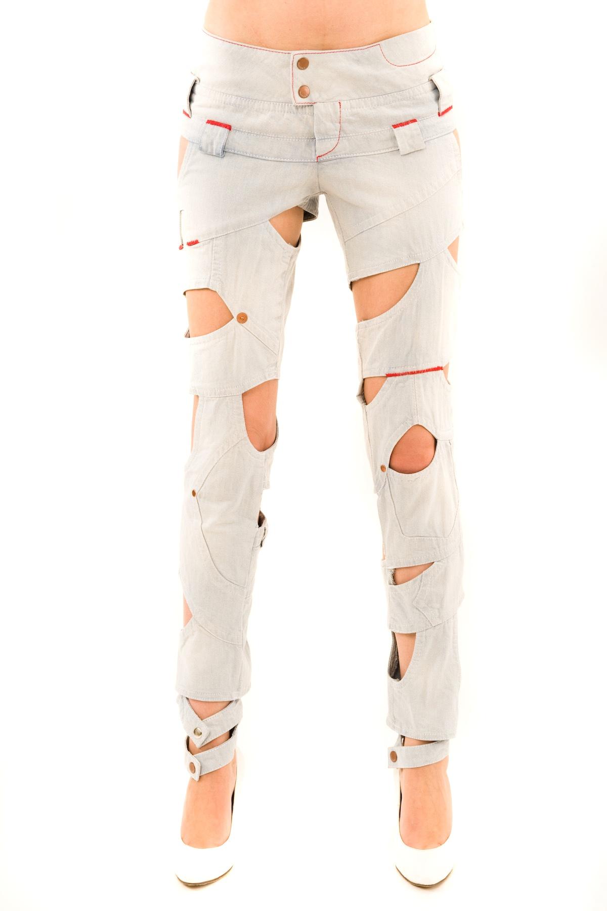 ДжинсыЖенские юбки и брюки<br>Создать ультрамодный, сногсшибательный образ просто, если иметь в своем гардеробе такие модные джинсы. Стоит лишь только взглянуть на дизайн изделия, как Вы почувствуете всю динамику движения и креативность вкуса. Джинсы насыщенной расцветки, с застежкой<br><br>Цвет: голубой<br>Состав: 100% хлопок<br>Размер: 38,40,42<br>Страна дизайна: Россия<br>Страна производства: Россия