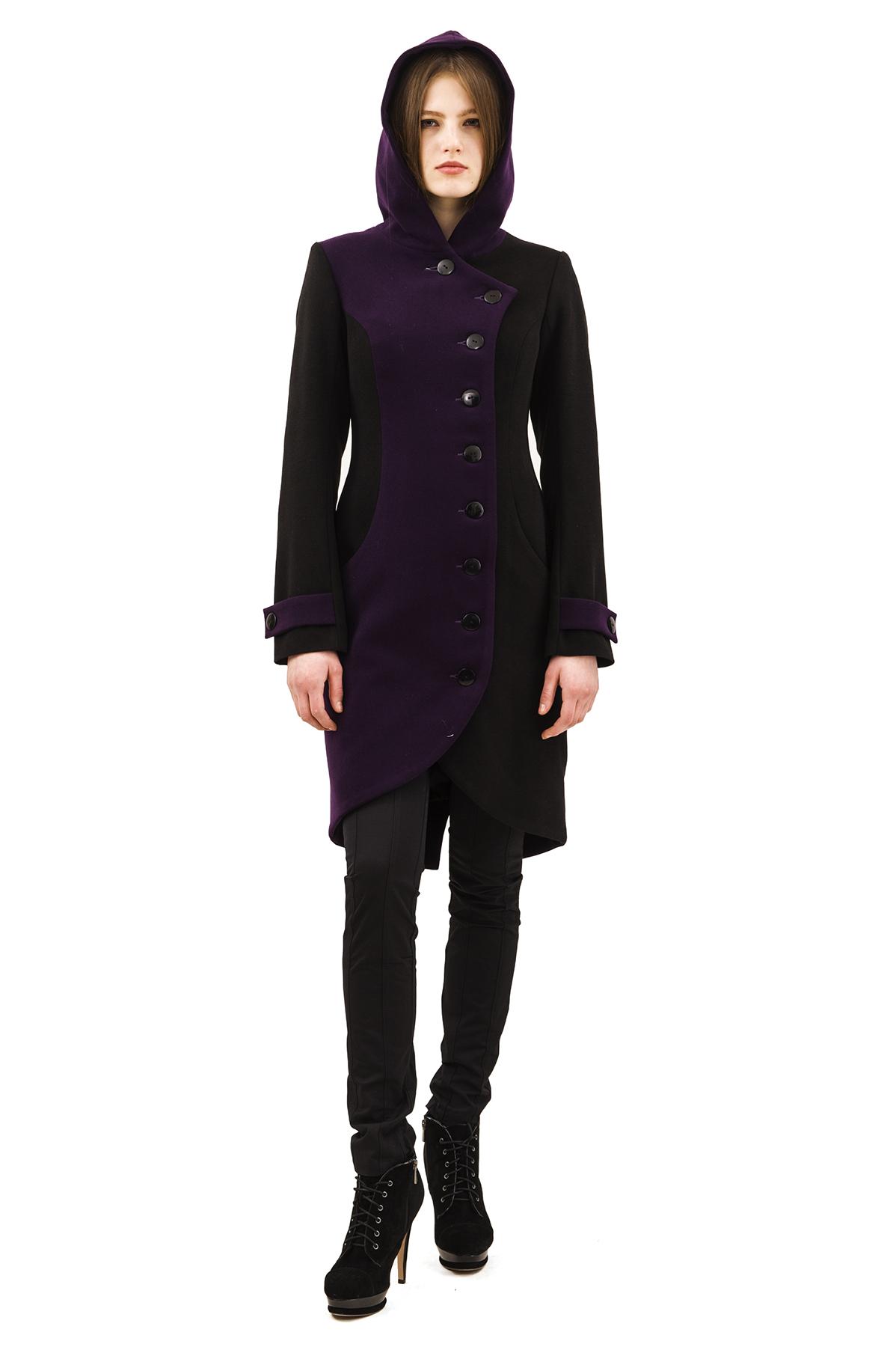 ПальтоЖенские куртки, плащи, пальто<br>Стильное пальто, выполненное в оригинальной контрастной цветовой гамме. Модель с удобной центральной застежкой на пуговицы и элегантным  воротником- стойкой. Пальто дополнено прорезными карманами по бокам. Яркий, женственный вариант для холодного сезона.<br><br>Цвет: черный,фиолетовый<br>Состав: 15% шерсть, 2%эластан, 18%вискоза ,65% полиэстер<br>Размер: 42,44,46,48,50,52,54<br>Страна дизайна: Россия<br>Страна производства: Россия