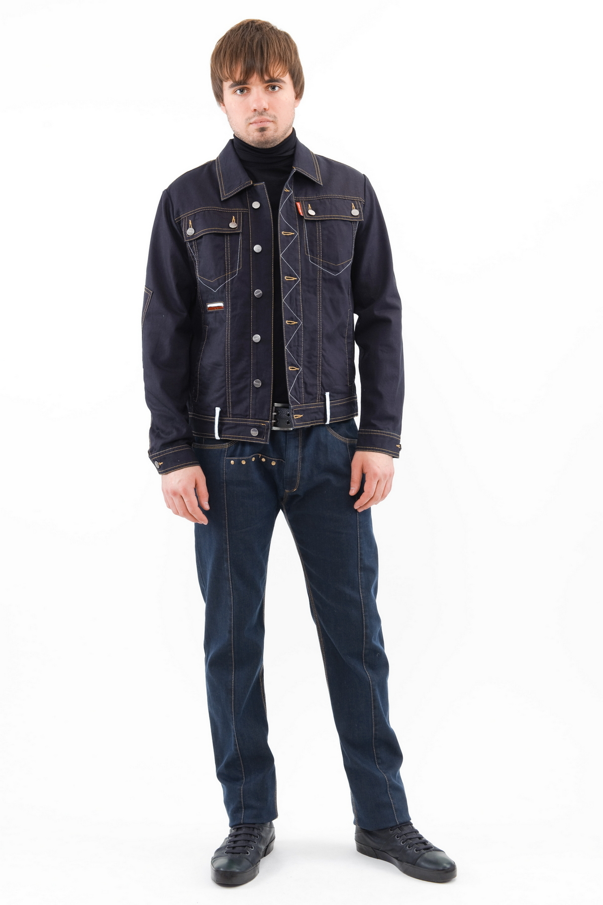 КурткаКуртки, пальто, ветровки<br>Классический джинсовый стиль - модель из темно-синего денима с отложным воротником и застежкой на пуговицы. Спереди расположены накладные карманы с клапанами. Отделочные детали куртки выполнены из натуральной кожи. Модель декорирована строчками контрастны<br><br>Цвет: синий<br>Состав: 100% хлопок<br>Размер: 44,46<br>Страна дизайна: Россия<br>Страна производства: Россия