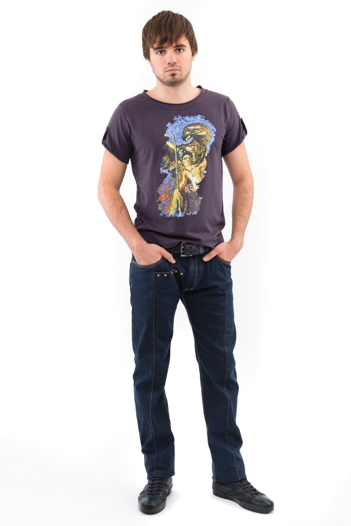 ФутболкаМужские футболки, джемпера<br>Стильная актуальная футболка с округлым вырезом горловины, выполненная из натурального материала, для тех, кто привык хорошо выглядетьи при этом чувствовать себя комфортно всегда и везде. Модель свободного покроя с короткими рукавами, оформлена ярким прин<br><br>Цвет: темно-серый<br>Состав: 92% хлопок, 8% лайкра<br>Размер: 44<br>Страна дизайна: Россия<br>Страна производства: Россия