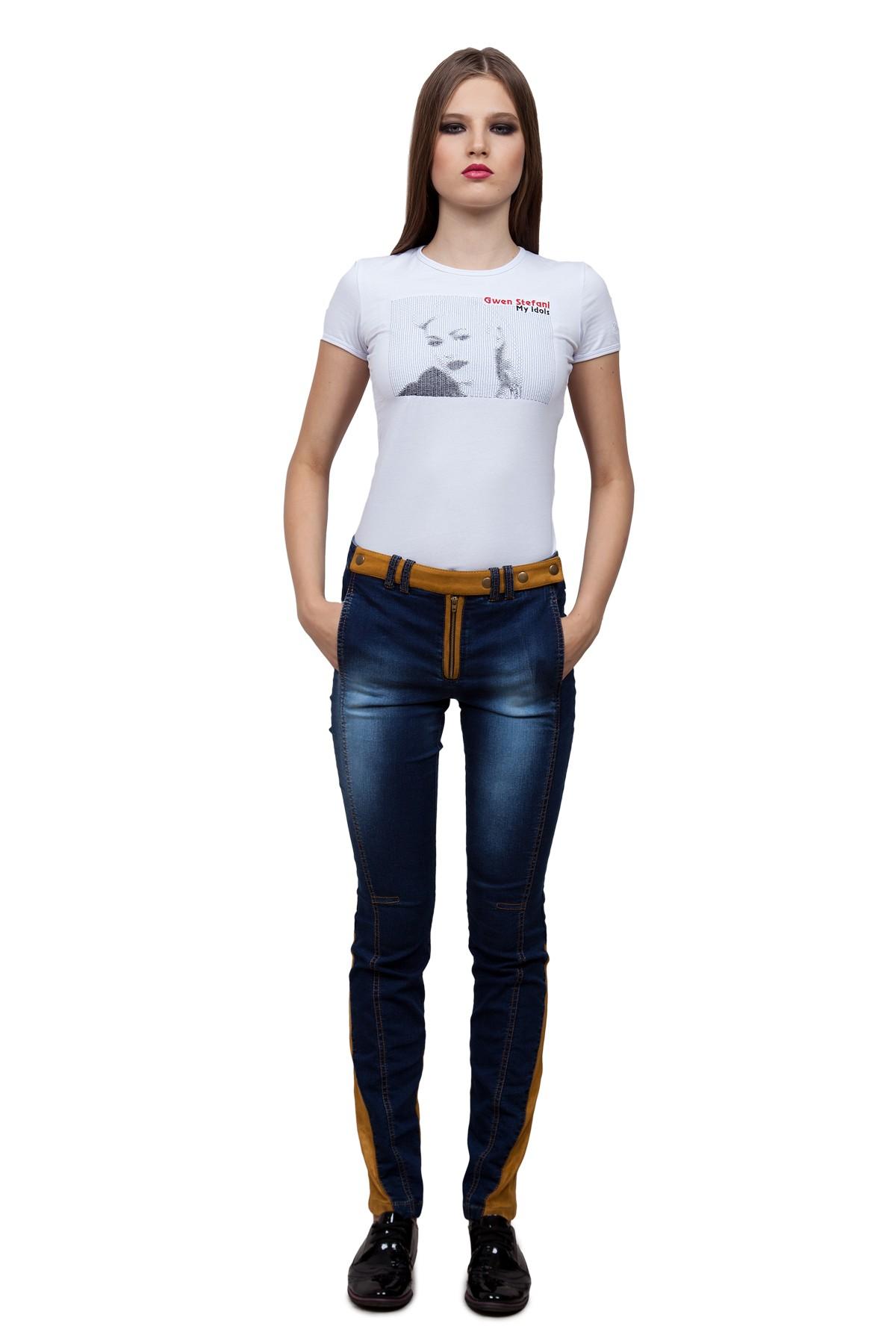 ФутболкаТрикотаж<br>Стильная футболка из высококачественного трикотажного полотна – идеальный вариант для современных девушек. Модель облегающего комфортного кроя, с округлым вырезом горловины и короткими рукавами. Декорированная на груди оригинальной вышивкой контрастного ц<br><br>Цвет: белый<br>Состав: 92% хлопок 8% лайкра<br>Размер: 40,50<br>Страна дизайна: Россия<br>Страна производства: Россия