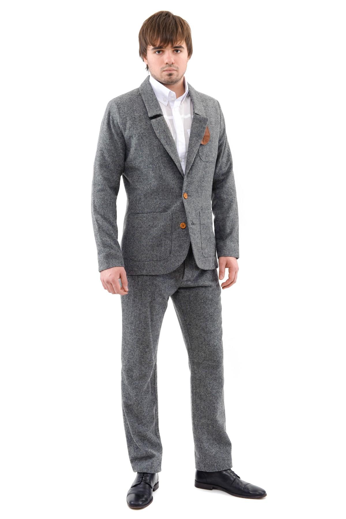 ПиджакПиджаки, жилеты<br>Модный, экстравагантный представитель сильного пола выбирает качественный, стильный пиджак с отложным воротником, застежкой на пуговицы. Изделие выполнено в приятной расцветке, отлично сочетающейся с джинсами и брюками.<br><br>Цвет: серый<br>Состав: 80% шерсть, 20% полиэстер, подкладка 100% полиэстер<br>Размер: 54,56,58<br>Страна дизайна: Россия<br>Страна производства: Россия