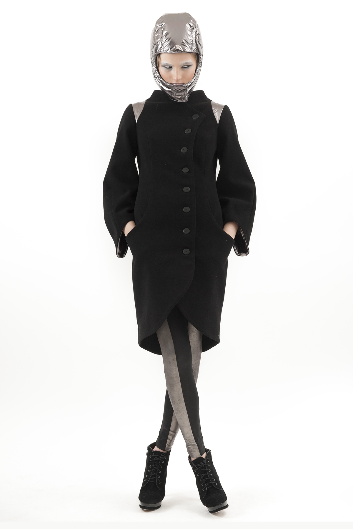 ПальтоЖенские куртки, плащи, пальто<br>Стильное пальто с застежкой на пуговицы по всей длине. Оригинальный крой и декоративные элементы. Приталенный силуэт отлично подчеркивает фигуру.<br><br>Цвет: черный,серый<br>Состав: 65% полиэстер, 18% вискоза, 15% шерсть, 2% эластан<br>Размер: 42,50,52<br>Страна дизайна: Россия<br>Страна производства: Россия