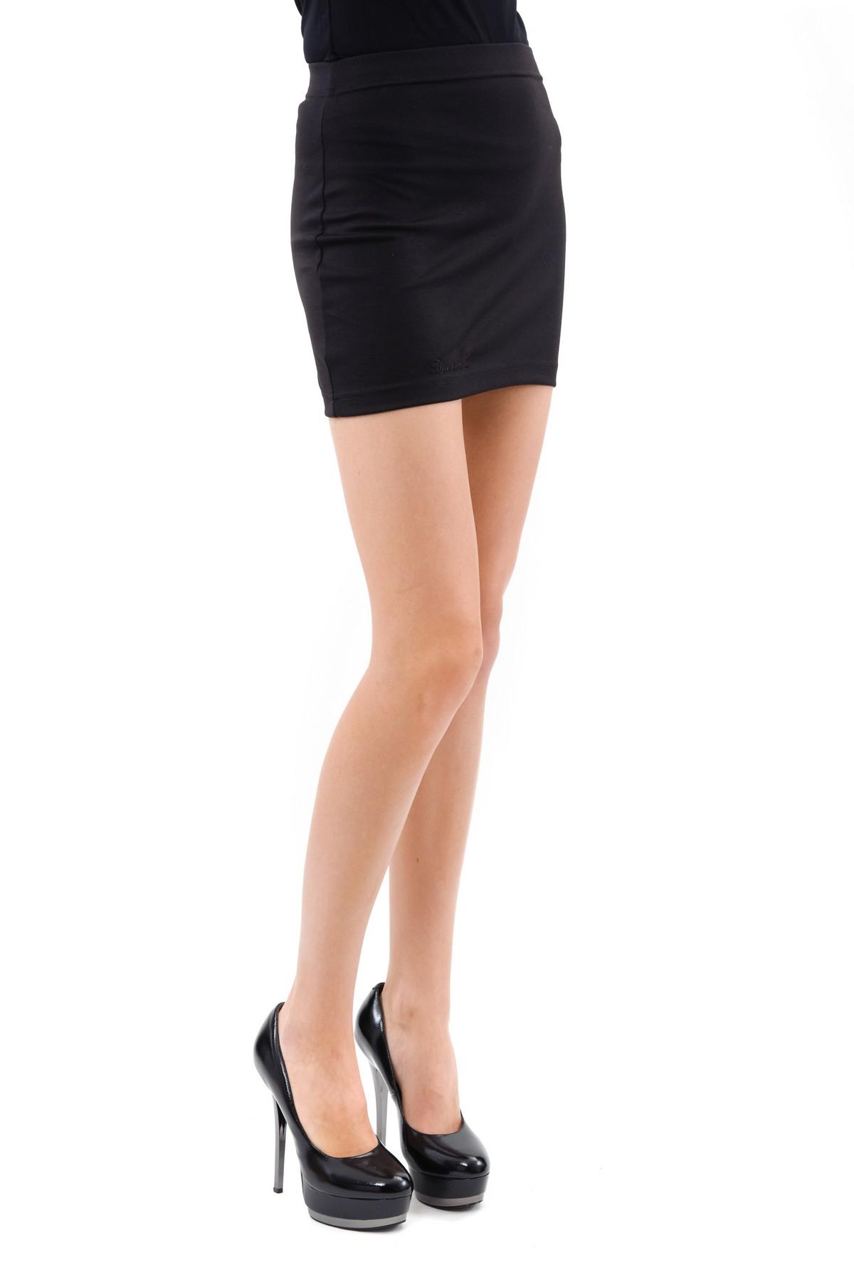 ЮбкаЖенские юбки и брюки<br>Очаровательная юбка лаконичного и стильного дизайна. Изделие будет удачно гармонировать с любыми предметами гардероба. Прекрасный вариант на каждый день.<br><br>Цвет: черный<br>Состав: 60%вискоза, 35%полиэстер, 5%лайкра<br>Размер: 44,46,48,50,52,54,56,58,60<br>Страна дизайна: Россия<br>Страна производства: Россия