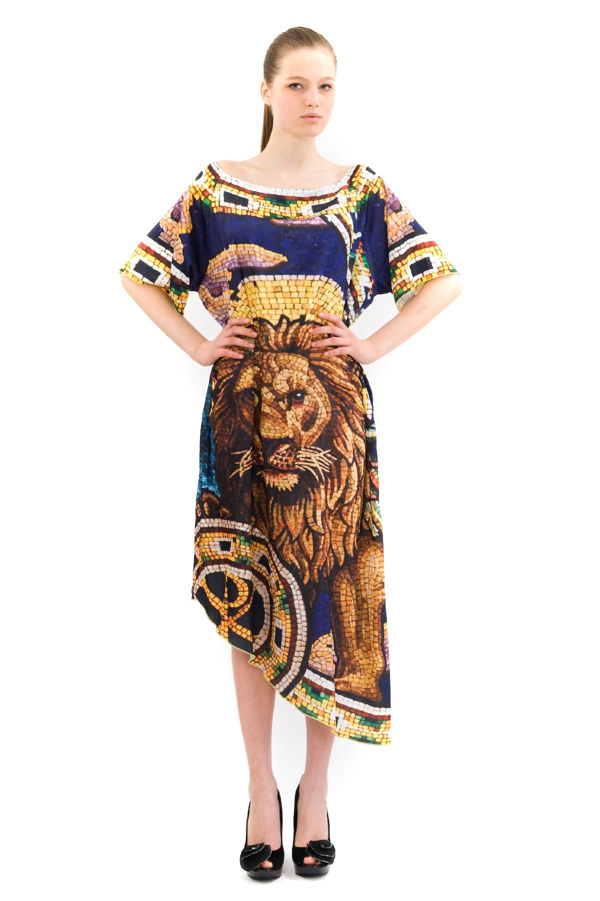 ПлатьеПлатья,  сарафаны<br>Эффектное длинное платье Doctor E, украшенное ярким контрастным принтом. Прекрасный вариант для модных женщин, желающих подчеркнуть свою индивидуальность и хороший вкус. В этом платье Вы всегда будете в центре внимания. коллекция Троя дизайнера Павла Ер<br><br>Цвет: синий,желтый<br>Состав: 100% полиэстер<br>Размер: 40,42<br>Страна дизайна: Россия<br>Страна производства: Россия