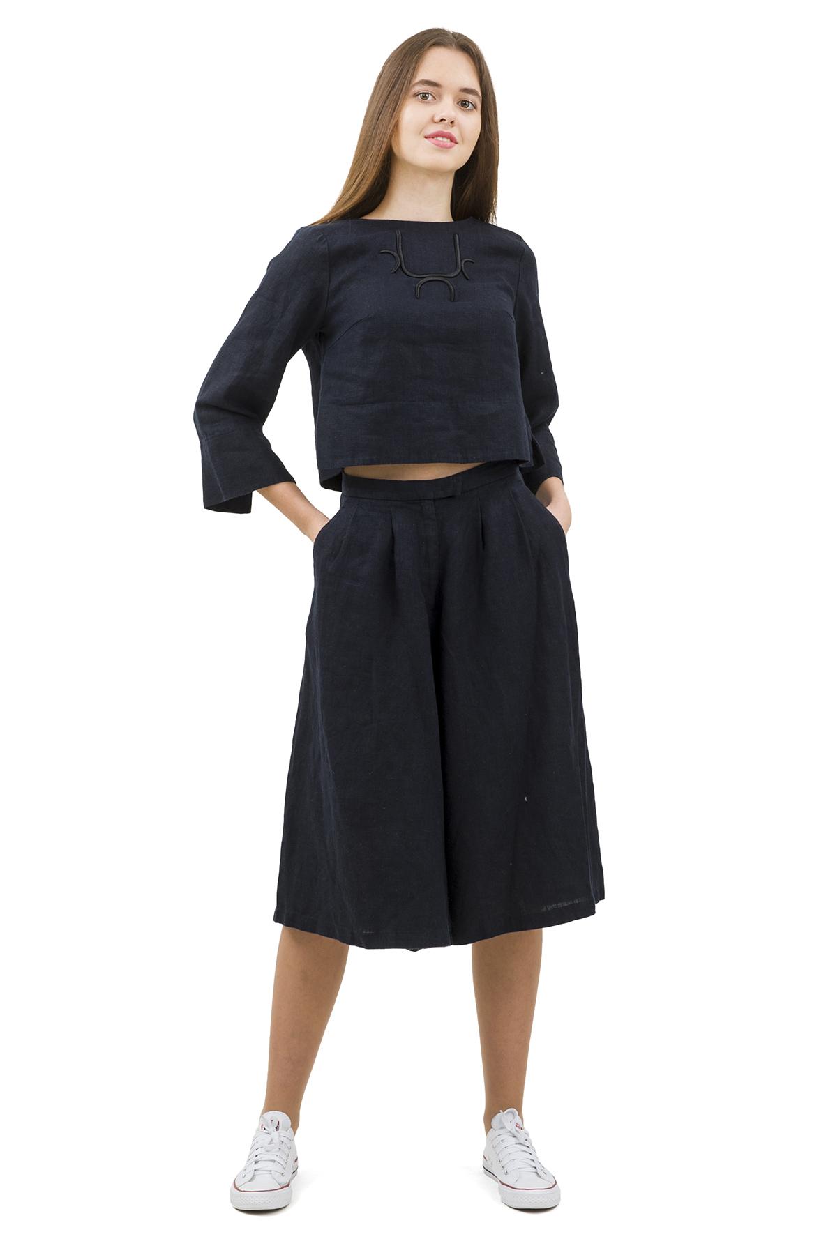 КостюмПлатья,  сарафаны<br>Стильный костюм выполнен из натуральной ткани - льна. Данная модель удачно подчеркнет красоту Вашей фигуры, а яркая расцветка  не оставит Вас незамеченной.<br><br>Цвет: темно-синий<br>Состав: 100% лен<br>Размер: 40,42,44,46,50<br>Страна дизайна: Россия<br>Страна производства: Россия