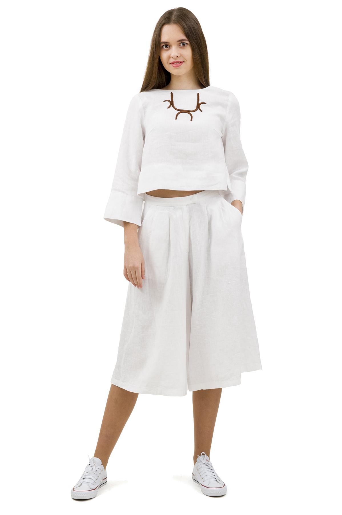 КостюмПлатья,  сарафаны<br>Стильный костюм выполнен из натуральной ткани - льна. Данная модель удачно подчеркнет красоту Вашей фигуры, а яркая расцветка  не оставит Вас незамеченной.<br><br>Цвет: белый<br>Состав: 100% лен<br>Размер: 40,42,44,46,50<br>Страна дизайна: Россия<br>Страна производства: Россия