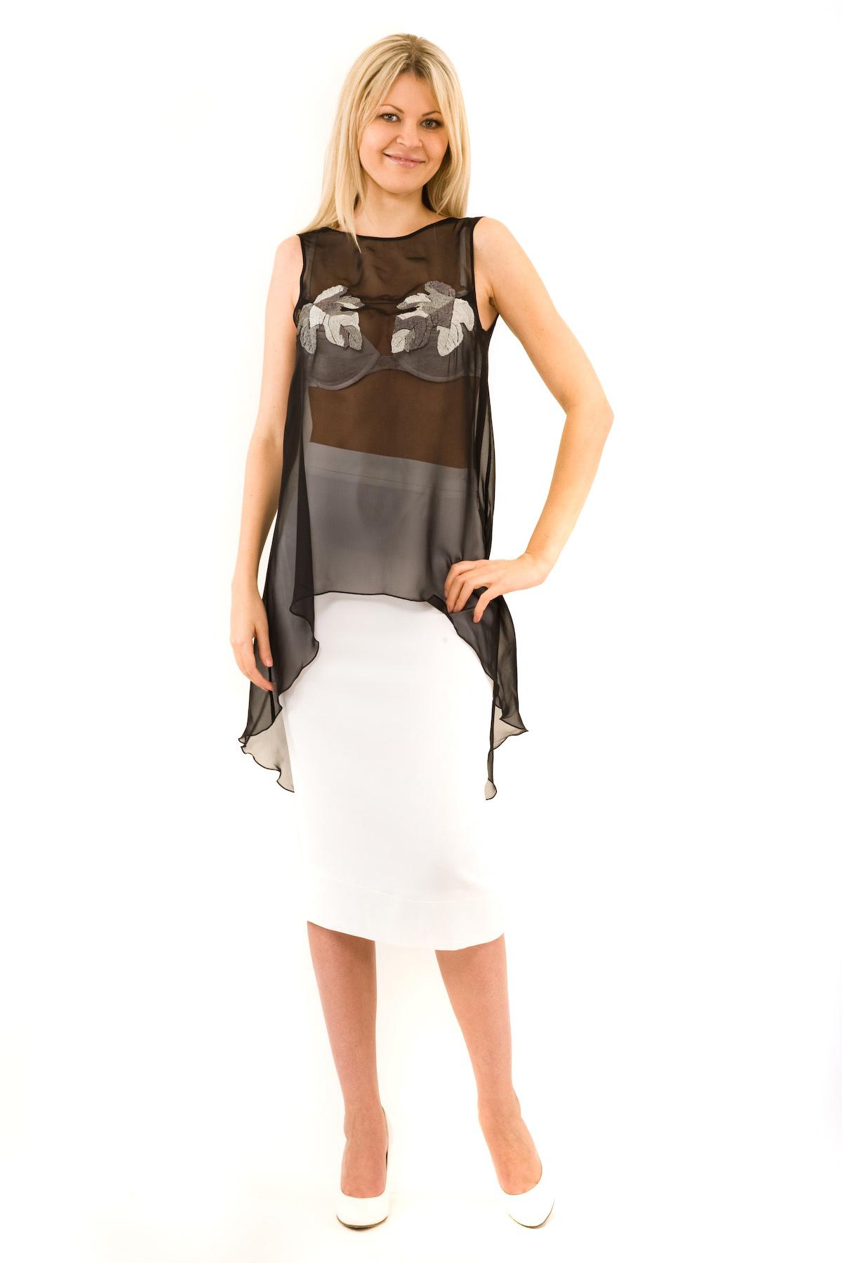 БлузаЖенские блузки<br>Эффектная блузка Doctor E элегантного лаконичного дизайна. Модель выполнена из легкого полупрозрачного материала. Восхитительное дополнение к Вашему повседневному гардеробу.<br><br>Цвет: черный<br>Состав: 100% полиэстер<br>Размер: 40,42,48,50,54<br>Страна дизайна: Россия<br>Страна производства: Россия