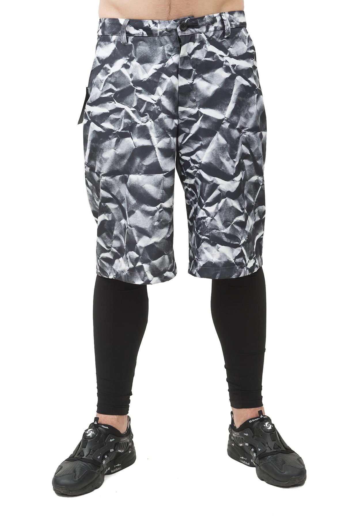 ШортыБрюки, джинсы, шорты от производителя<br>Шорты  Pavel Yerokin выполнены из бондинга (курточной ткани). Особенности: прямой крой, застежка на молнии и пуговице, 2 кармана спереди, шлевки для ремня, принт — мятая бумага.<br><br>Цвет: черный<br>Состав: Полиэстер - 100%<br>Размер: 44,46,48,50,52<br>Страна дизайна: Россия<br>Страна производства: Россия