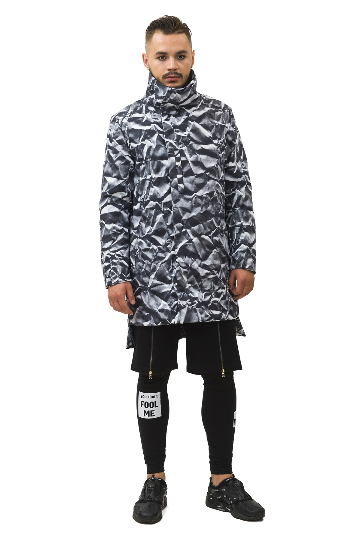 КурткаКуртки, пальто, ветровки<br>Куртка мужская бренда Pavel Yerokin выполнено из принтованной ткани. Особенности: прямой крой, асимметричный низ, высокая стойка воротника, два кармана сбоку, один внутренний карман. Принт с эффектом мятой бумаги.<br><br>Цвет: серый<br>Состав: Полиэстер - 100%  Подкладка: Вискоза - 50%, Полиэстер - 50%<br>Размер: 44,46,48,50,52,54<br>Страна дизайна: Россия<br>Страна производства: Россия