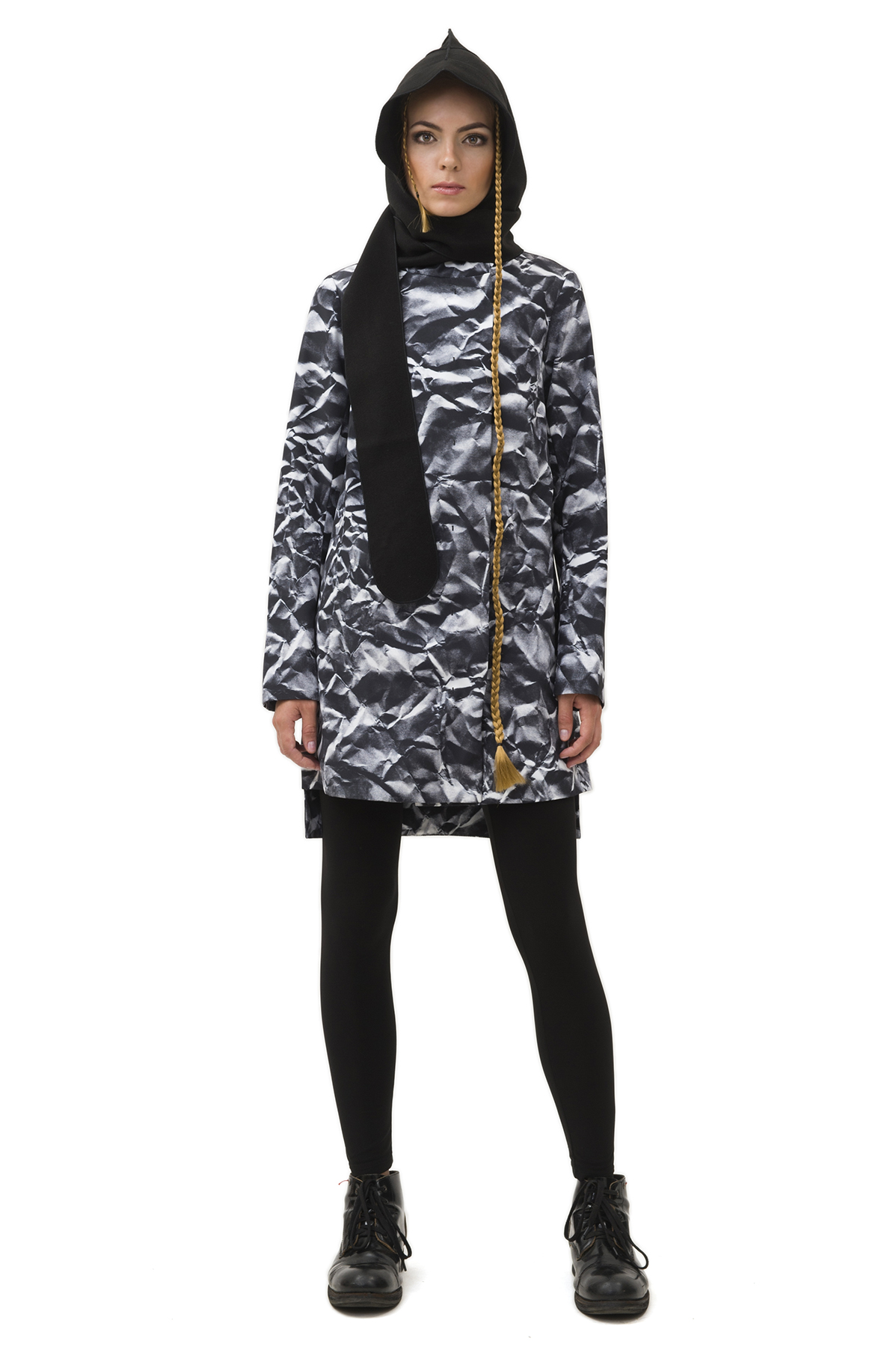 ПлащЖенские куртки, плащи, пальто<br>Женский плащ бренда Pavel Yerokin выполнен из принтованной курточной ткани. Особенности: прямой крой, асимметричный низ, высокая стойка воротника, два кармана сбоку. Принт с эффектом мятой бумаги.<br><br>Цвет: серый<br>Состав: Полиэстер - 100%  Подкладка: Вискоза - 50%, Полиэстер - 50%<br>Размер: 40,42,44,46,48,50<br>Страна дизайна: Россия<br>Страна производства: Россия