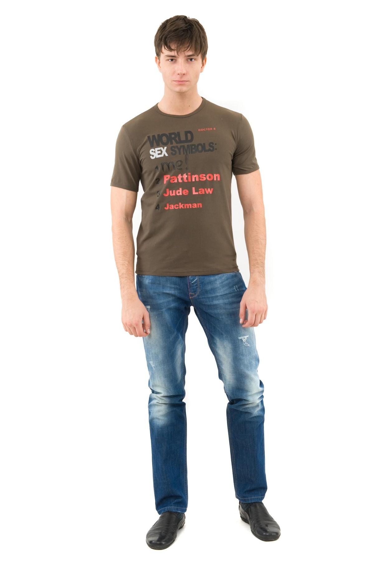 ФутболкаМужские футболки, джемпера<br>Футболка – это удобный выбор на каждый день, поэтому она должна быть яркой и стильной, чтобы привнести в повседневный образ красок. Округлый вырез горловины, короткие рукава, эффектный принт - все это футболка Doctor E, из высококачественного трикотажа, н<br><br>Цвет: хаки<br>Состав: 92% хлопок, 8% лайкра<br>Размер: 44,46<br>Страна дизайна: Россия<br>Страна производства: Россия