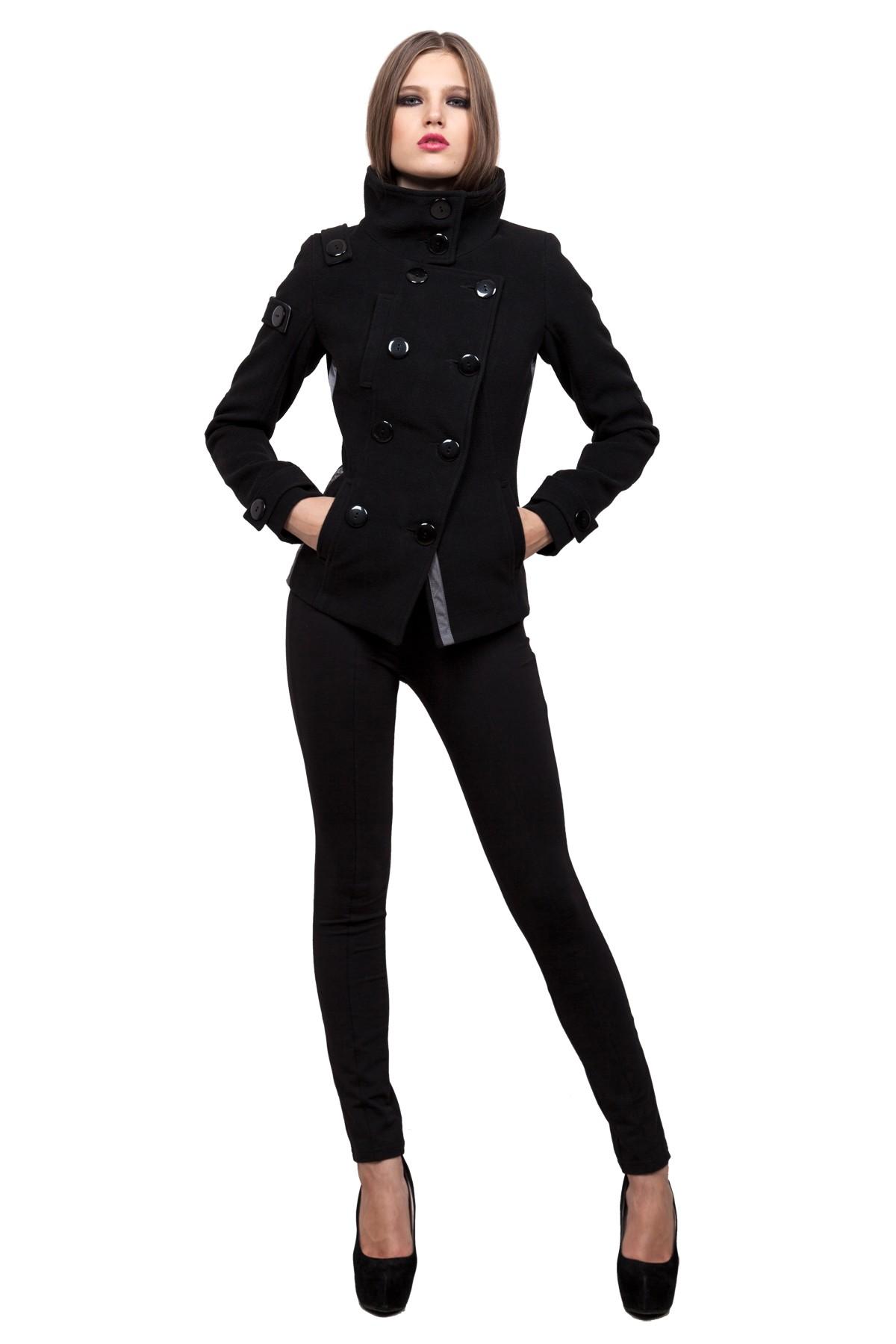 ПальтоЖенские куртки, плащи, пальто<br>Классическое пальто в современном исполнении. Двубортная застежка придает модели строгий вид, а косые линии кроя - уникальность и эксклюзивность. Изделие подчеркнет Ваш неповторимый вкус.<br><br>Цвет: зеленый<br>Состав: ткань - 80%полиэстер, 18% вискоза, 2% спандэкс,  утеплитель - 100%полиэстер, подкладка - 100%полиэстер<br>Размер: 40,42,44,46,48,50,52,54,56<br>Страна дизайна: Россия<br>Страна производства: Россия