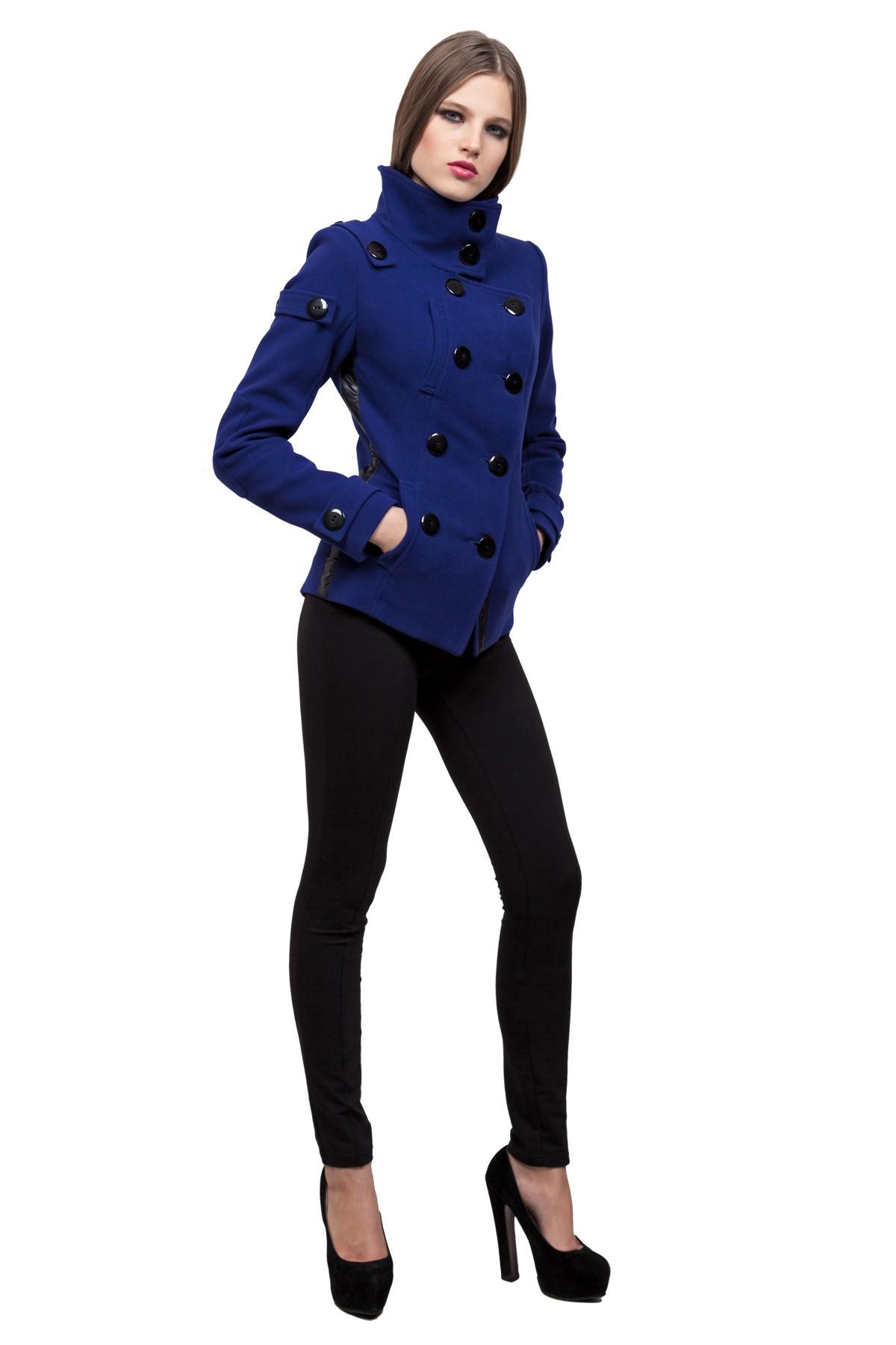 ПальтоЖенские куртки, плащи, пальто<br>Классическое пальто в современном исполнении. Двубортная застежка придает модели строгий вид, а косые линии кроя - уникальность и эксклюзивность. Изделие подчеркнет Ваш неповторимый вкус.<br><br>Цвет: синий<br>Состав: ткань - 64%полиэстер, 31% вискоза, 5% лайкра, утеплитель - 100%полиэстер, подкладка - 100%полиэстер<br>Размер: 40,42,44,46,48,50,52,54,56<br>Страна дизайна: Россия<br>Страна производства: Россия
