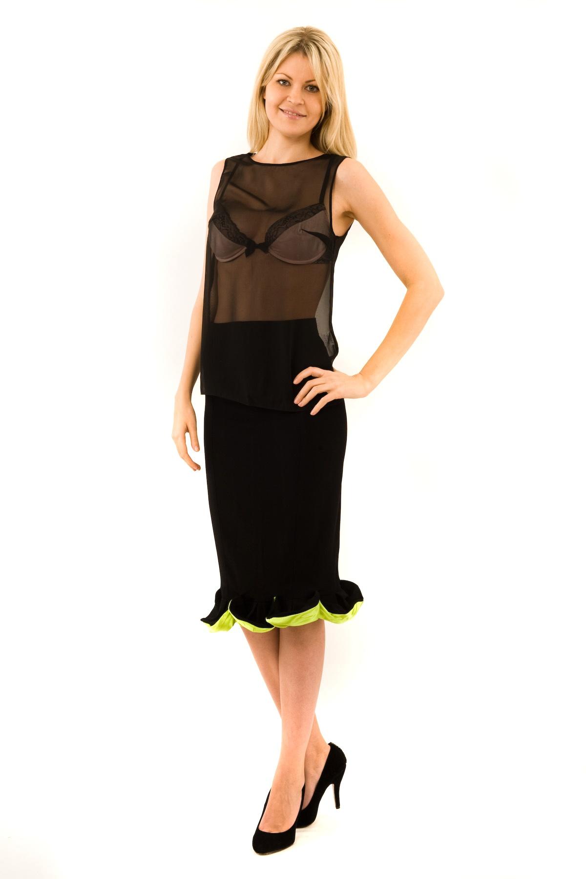 БлузаЖенские блузки<br>Эффектная блузка Doctor E элегантного лаконичного дизайна. Модель выполнена из легкого полупрозрачного материала. Восхитительное дополнение к Вашему повседневному гардеробу.<br><br>Цвет: черный<br>Состав: 100% полиэстер<br>Размер: 40,42,44,46,48,50,52,54,56<br>Страна дизайна: Россия<br>Страна производства: Россия