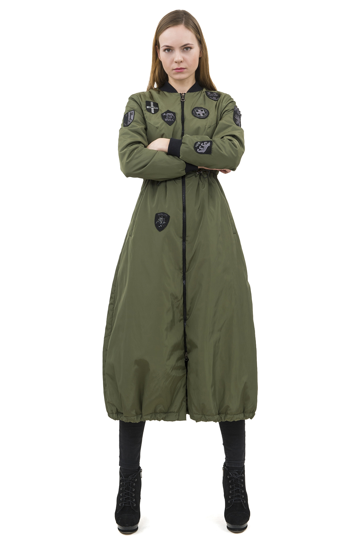 Пальто-бомберЖенские куртки, плащи, пальто<br>Длинный бомбер с вышитыми шевронами бренда Pavel Yerokin выполнен из ткани с легким блеском. Особенности: свободный силуэт, рельефный воротник стойка, застежка молния, кулиска на завышенной талии и по краю изделия, 2 боковых кармана, шевроны - гербы европейских столиц.   <br><br>Цвет: хаки<br>Состав: 100% полиэстер подкладка: Вискоза - 50%, Полиэстер - 50% утеплитель: 100% полиэстер<br>Размер: 40,42,44,46,50,52<br>Страна дизайна: Россия<br>Страна производства: Россия