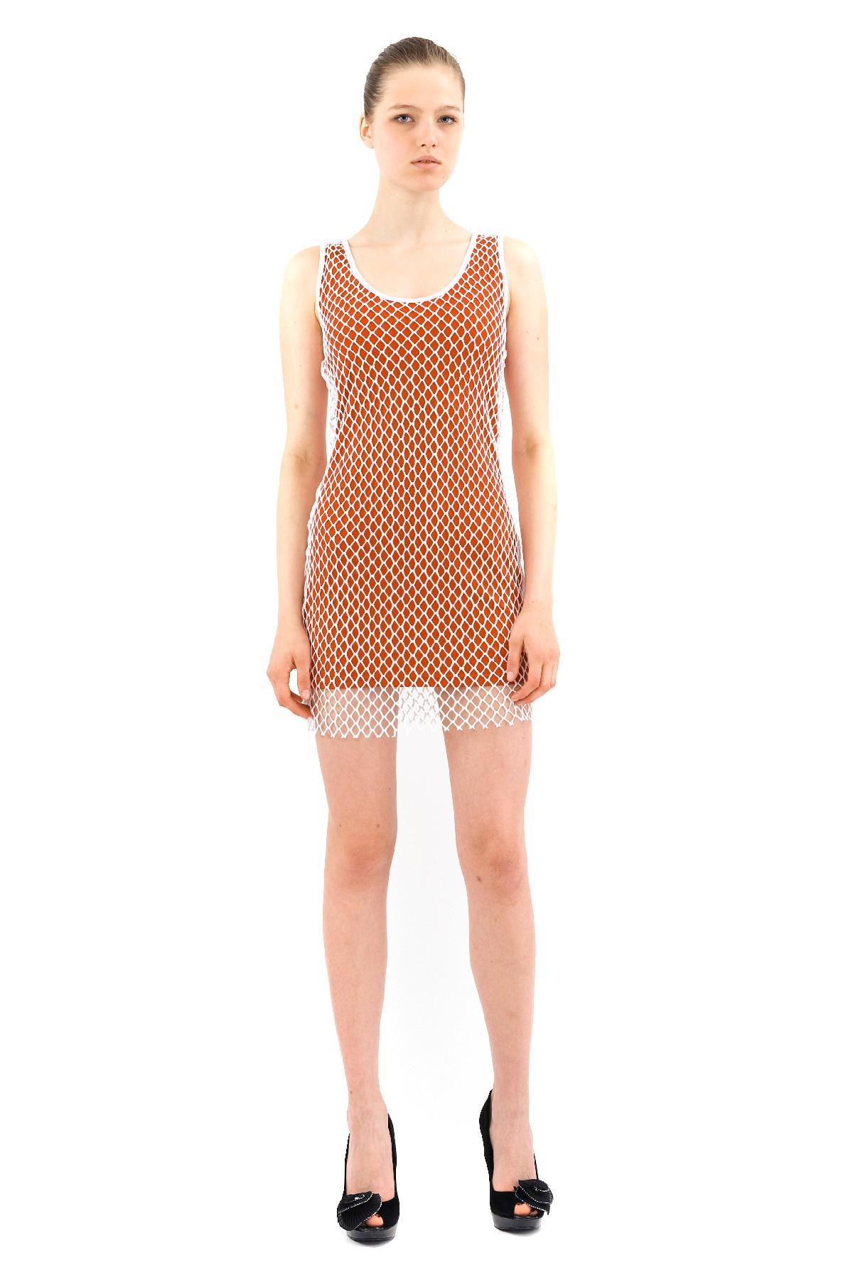 ПлатьеПлатья,  сарафаны<br>Прелестное двухслойное легкое платье мини приталенного силуэта Doctor E. Верх изделия выполнен из нежно-белой сетки, под ним — приятная и комфортная трикотажная ткань. Удачный выбор для создания привлекательного, женственного образа.<br><br>Цвет: красный,белый<br>Состав: ткань 1 - 92% вискоза, 8% лайкра, ткань 2 - 100% полиэстер<br>Размер: 48,50,52,54<br>Страна дизайна: Россия<br>Страна производства: Россия