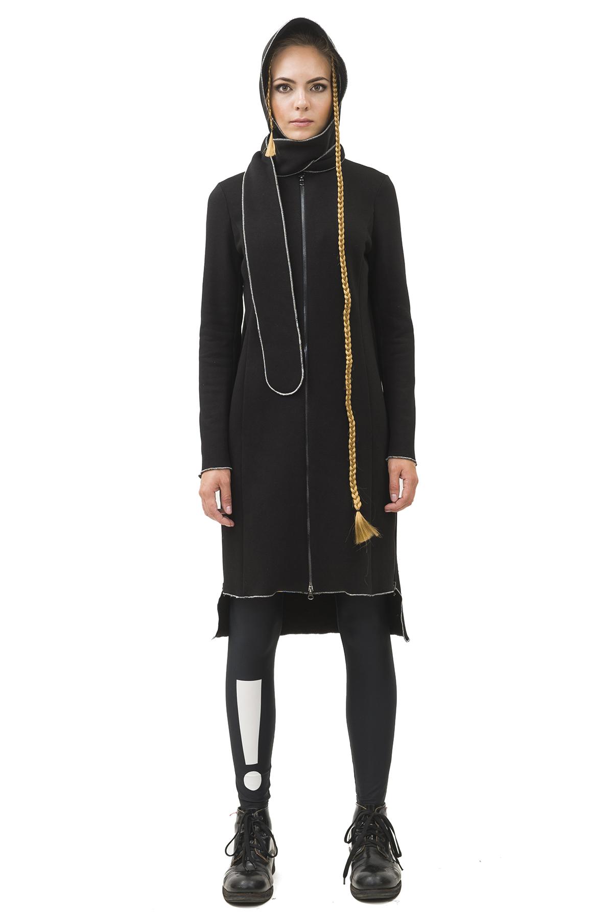 ПальтоЖенские куртки, плащи, пальто<br>Пальто  Pavel Yerokin выполнено из плотного трикотажа с начесом, отделка наружных швов серебряной ниткой. Особенности: прямой крой, застежка на молнии, остроконечный капюшон, асимметричный низ, карманы, объемная аппликация на спине.<br><br>Цвет: черный<br>Состав: Хлопок - 70%, Полиэстер - 30%<br>Размер: 40,42,44,46,48,50,52<br>Страна дизайна: Россия<br>Страна производства: Россия