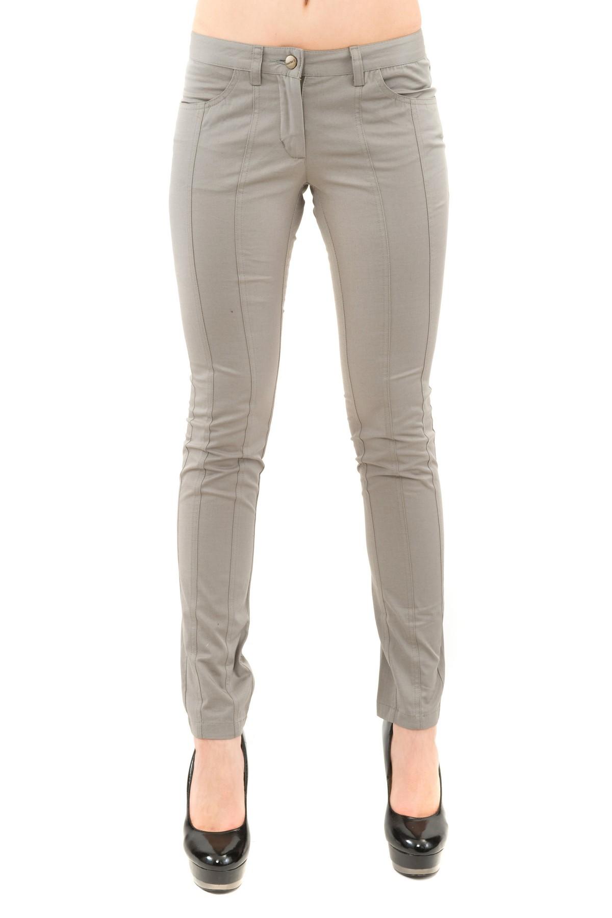 БрюкиЖенские юбки и брюки<br>Практичные брюки для истинных модниц, отлично садятся по фигуре, делая Вас стройной и привлекательной.  В таких брюках Вы всегда будете выглядеть привлекательно. Брюки отлично сочетаются с пестрым топом или однотонной блузой, с джемпером или кардиганом. А<br><br>Цвет: серый<br>Состав: 48% хлопок, 4 % эластан , 48 % полиэстер<br>Размер: 42,46,50,52<br>Страна дизайна: Россия<br>Страна производства: Россия