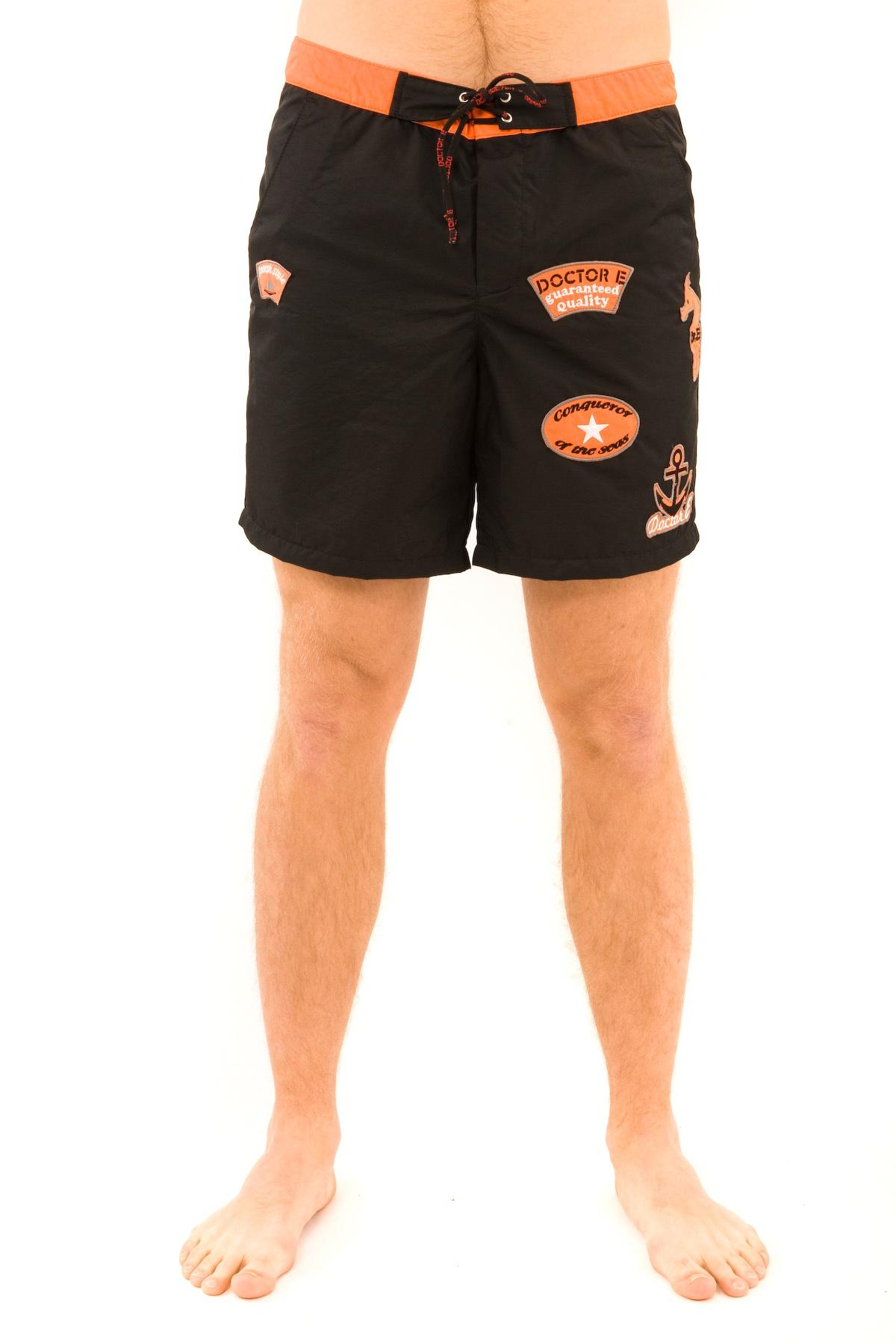 ШортыБрюки, джинсы, шорты от производителя<br>Стильные летние шорты Doctor E - возможность насладиться летом и солнцем. Яркая модель на поясе с регулируемым шнуром декорирована фирменным логотипом. Ткань не задерживает влагу и быстро сохнет - прекрасный вариант для купания!<br><br>Цвет: черный,оранжевый<br>Состав: 50% нейлон, 50% полиэстер<br>Размер: 44<br>Страна дизайна: Россия<br>Страна производства: Россия