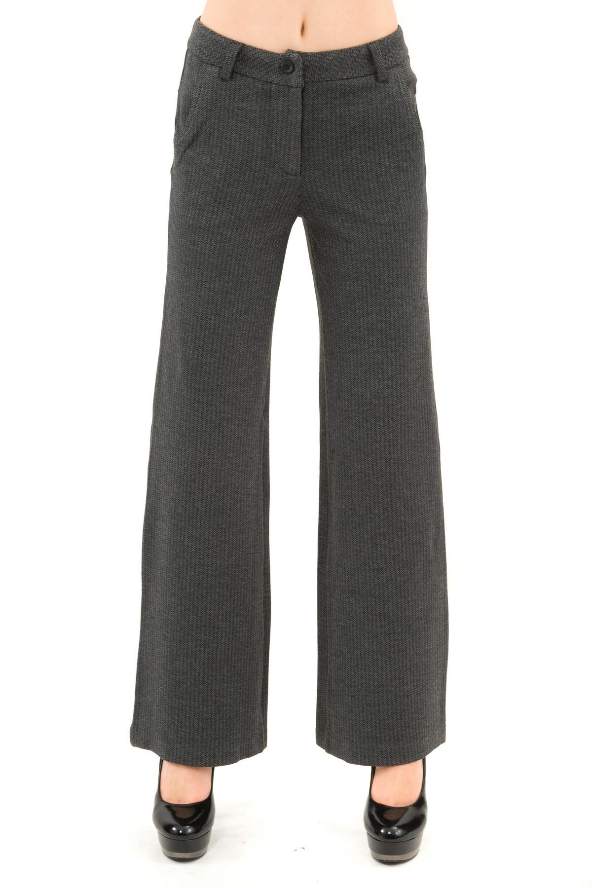 БрюкиЖенские юбки и брюки<br>Брюки – это всегда обворожительно и сексуально. Классического немного расклешенного покроя, они прекрасно будут смотреться на фигуре любого типа. Практичные, удобные, красивые и универсальные. Брюки – необходимый элемент женского гардероба, который позвол<br><br>Цвет: серый<br>Состав: 54% полиэстер, 28% вискоза, 16% нейлон, 2% эластан<br>Размер: 40,42,44,46,48,50<br>Страна дизайна: Россия<br>Страна производства: Россия
