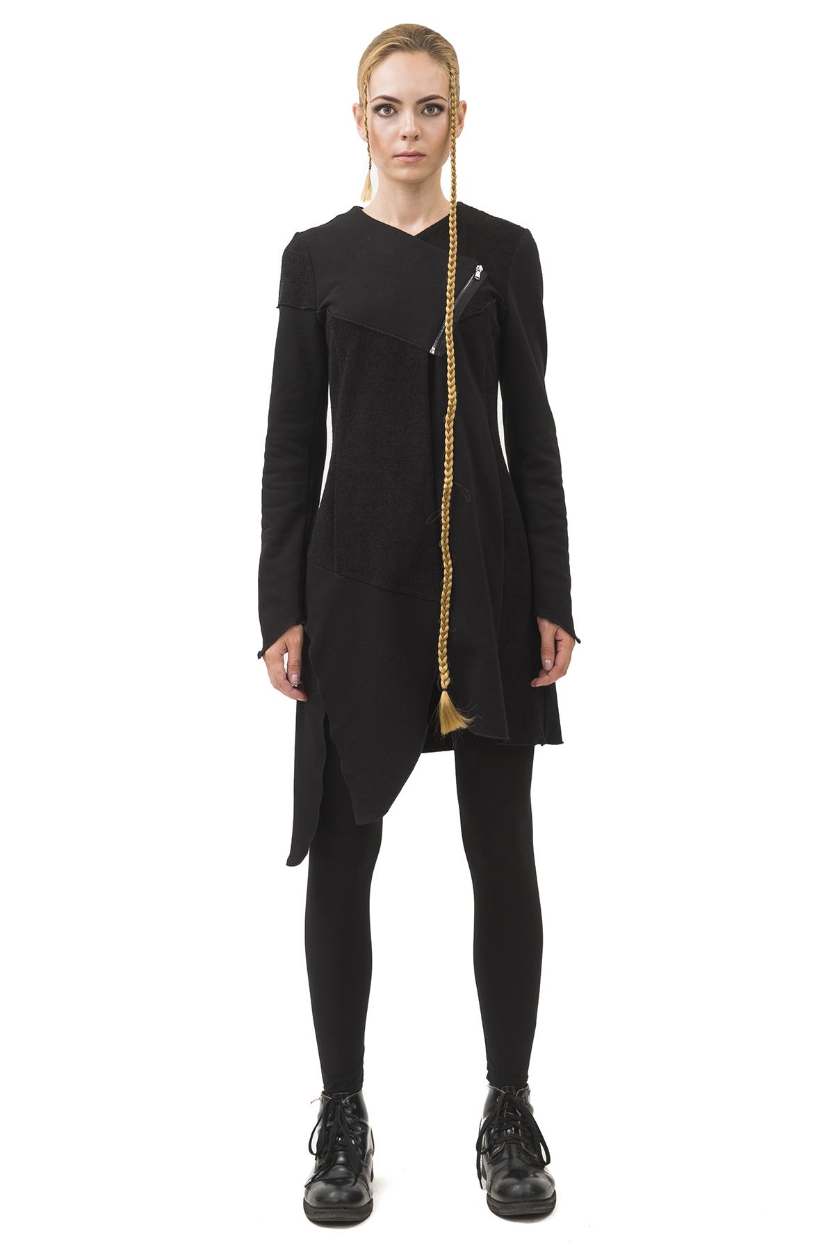 ПальтоЖенские куртки, плащи, пальто<br>Пальто Pavel Yerokin выполнено из ткани рокко. Особенности: сложный расчлененный, асимметричный крой, застежка на молнии, шнуровка по всей спине,  длинный рукав.<br><br>Цвет: черный<br>Состав: Хлопок - 70%, Полиэстер - 30%<br>Размер: 40,42,44,46,48,50,52<br>Страна дизайна: Россия<br>Страна производства: Россия