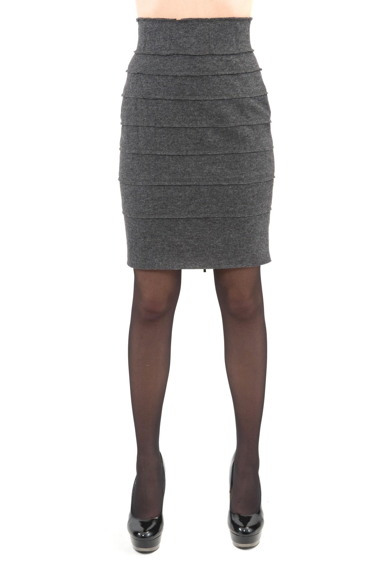 ЮбкаЖенские юбки и брюки<br>Стильная юбка  длины миди и облегающего силуэта для ярких и уверенных в своей неотразимости женщин. Изделие прекрасно сочетается со многими элементами гардероба.<br><br>Цвет: серый<br>Состав: 50 % шерсти,25 % вискоза ,25 % полиэстер<br>Размер: 44,52,54<br>Страна дизайна: Россия<br>Страна производства: Россия