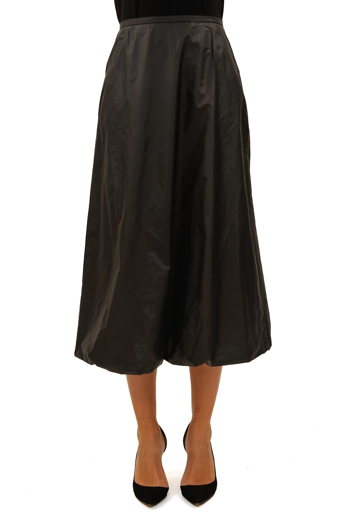 ЮбкаЖенские юбки и брюки<br>Эффектная юбка должна быть в каждом гардеробе и эта модель отвечает всем требованиям современной модницы! Благодаря спокойной однотонной расцветке, юбка превосходно гармонирует с любыми вещами.<br><br>Цвет: черный<br>Состав: 100 % полиэстер<br>Размер: 42,44<br>Страна дизайна: Россия<br>Страна производства: Россия