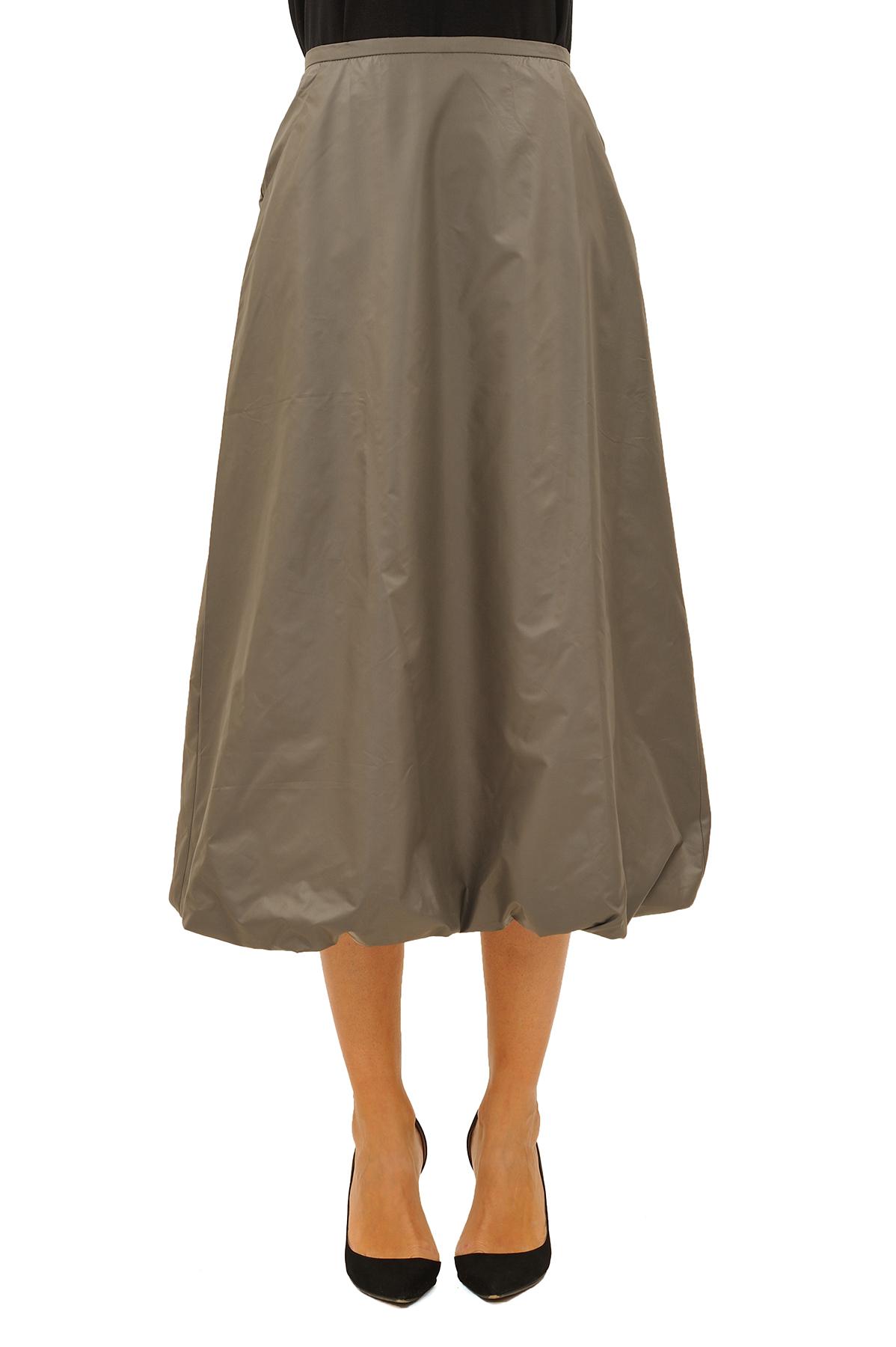 ЮбкаЖенские юбки и брюки<br>Эффектная юбка должна быть в каждом гардеробе и эта модель отвечает всем требованиям современной модницы! Благодаря спокойной однотонной расцветке, юбка превосходно гармонирует с любыми вещами.<br><br>Цвет: серый<br>Состав: 100 % полиэстер<br>Размер: 42,44<br>Страна дизайна: Россия<br>Страна производства: Россия