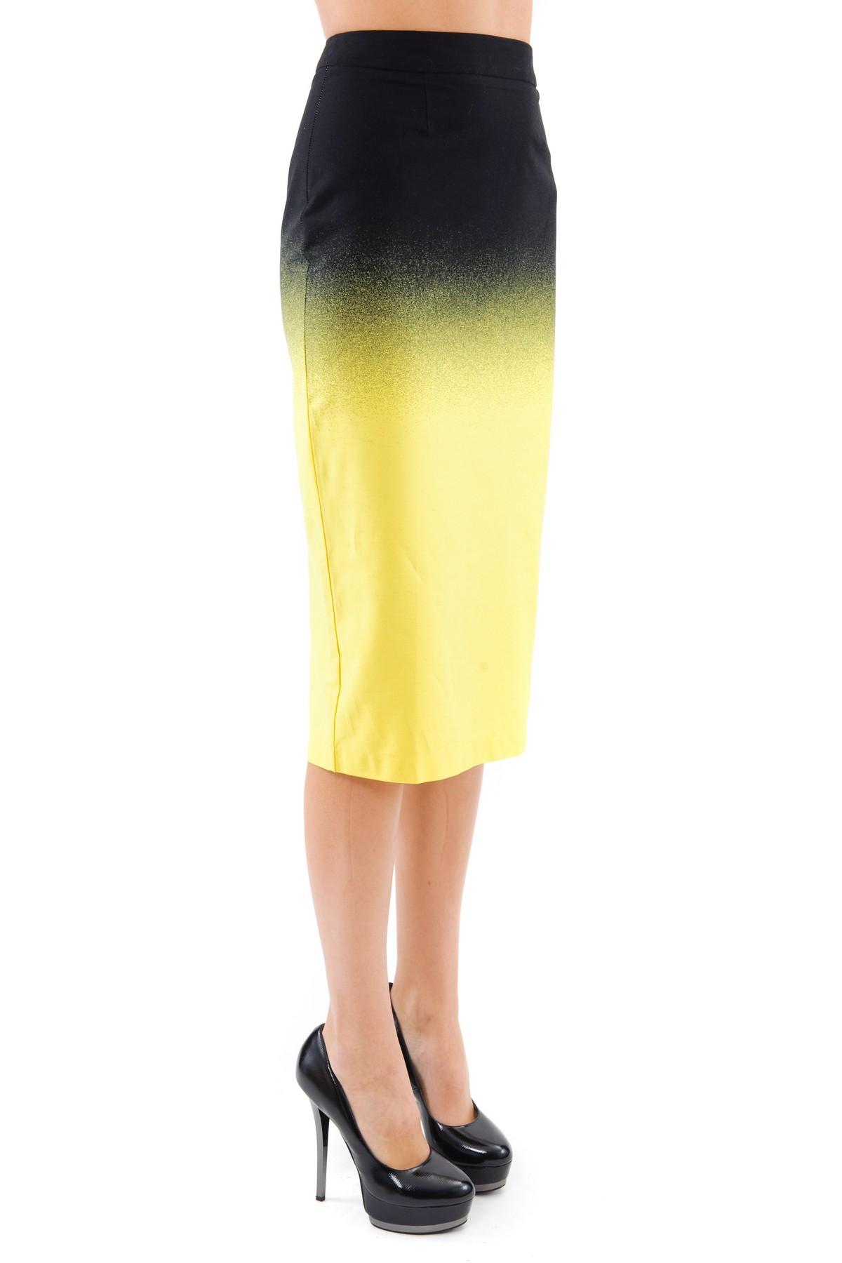 ЮбкаЖенские юбки и брюки<br>Элегантная юбка-карандаш средней длины чуть ниже колена, благодаря лаконичному облегающему крою, смотрится очень изысканно.  Выполнена из ткани с эффектом градуированного перехода цвета – «деграде». Потрясающая и стильная, эта юбочка украсит гардероб совр<br><br>Цвет: черный,желтый<br>Состав: 97% хлопок 3% лайкра<br>Размер: 58<br>Страна дизайна: Россия<br>Страна производства: Россия