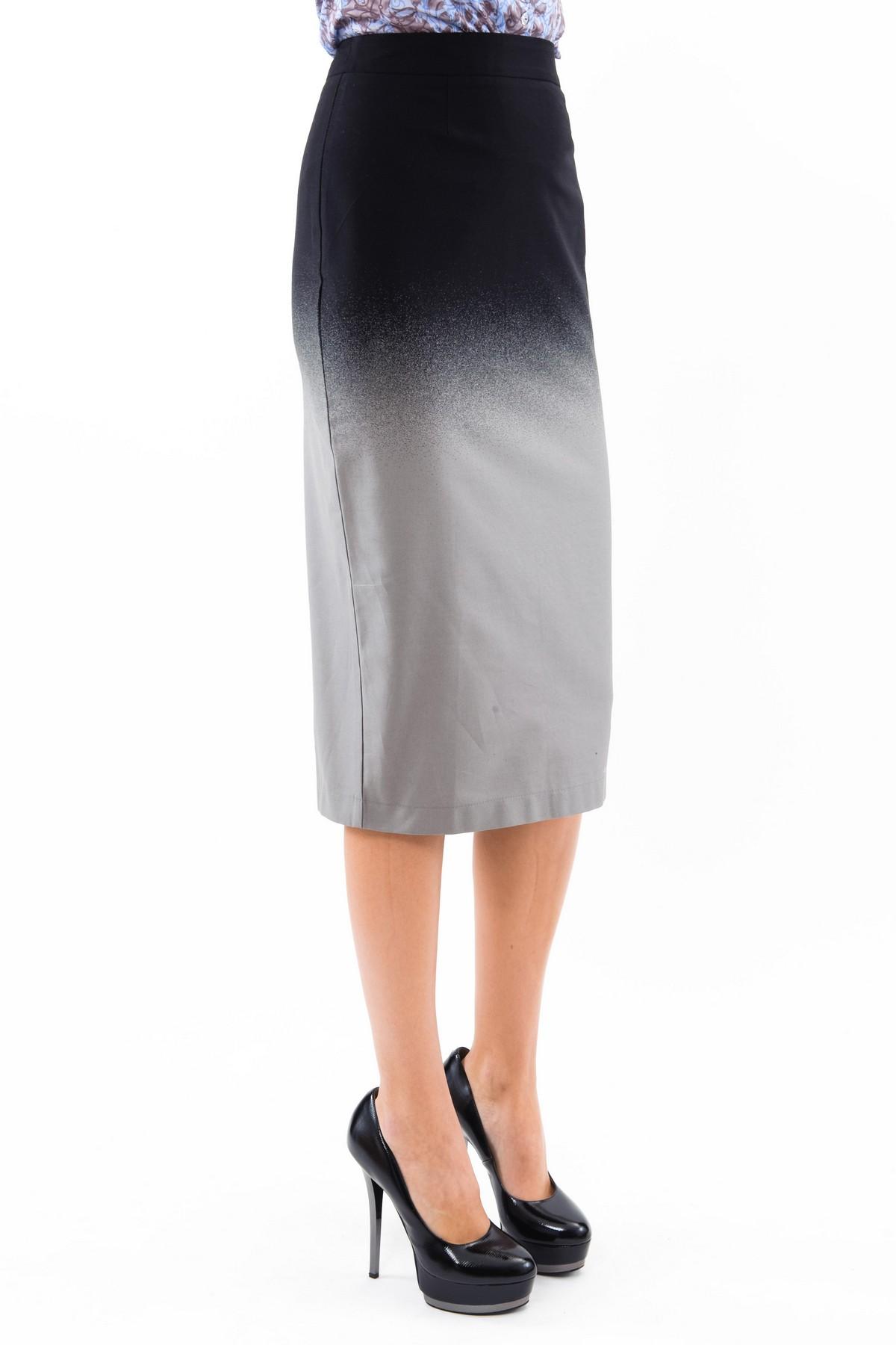 ЮбкаЖенские юбки и брюки<br>Элегантная юбка-карандаш средней длины чуть ниже колена, благодаря лаконичному облегающему крою, смотрится очень изысканно.  Выполнена из ткани с эффектом градуированного перехода цвета – «деграде». Потрясающая и стильная, эта юбочка украсит гардероб совр<br><br>Цвет: черный,серый<br>Состав: 97% хлопок 3% лайкра<br>Размер: 42<br>Страна дизайна: Россия<br>Страна производства: Россия