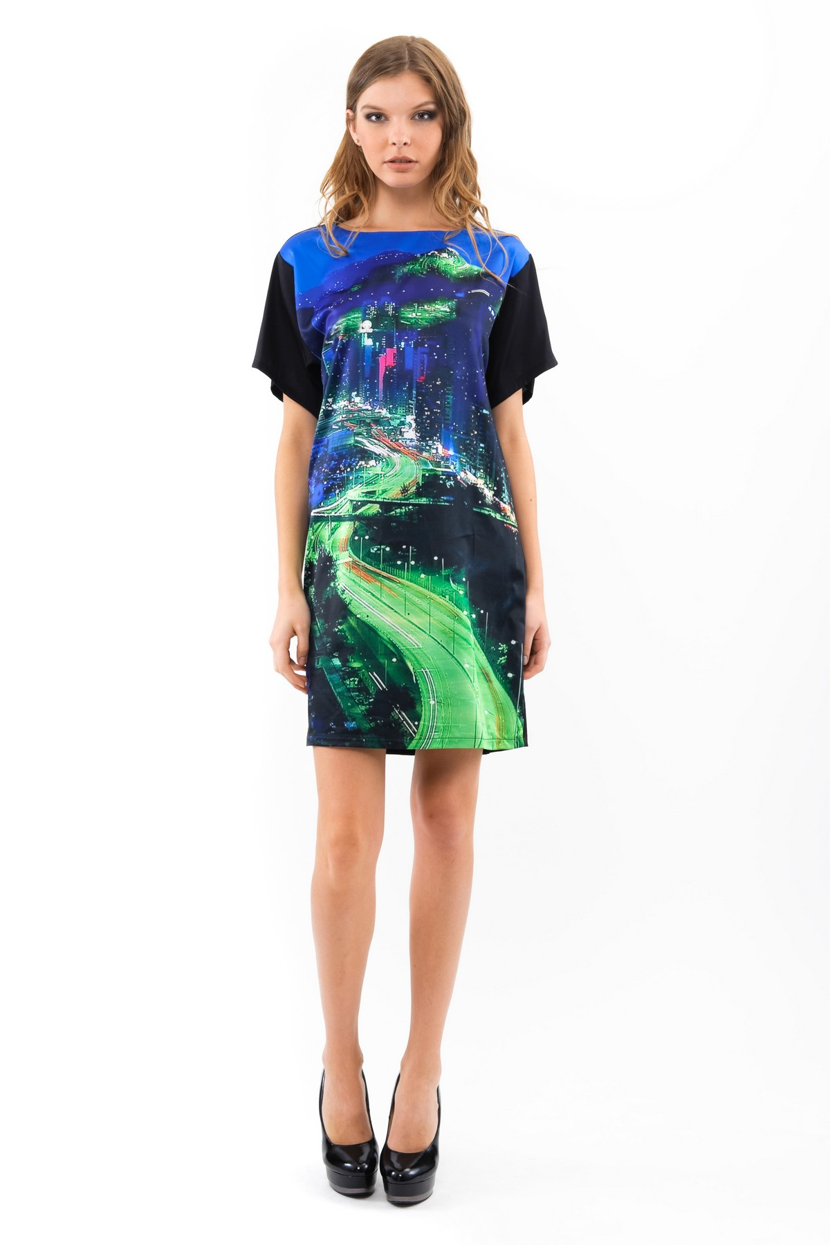 ПлатьеПлатья,  сарафаны<br>Женское платье, выполненное из высококачественного трикотажного материала. Модель с рукавами 3/4 и фигурным вырезом горловины украшенным отделкой имитирующей замшу. Прилегающее платье подчеркнет достоинства вашей фигуры и вы не останетесь не замеченной.<br><br>Цвет: черный,зеленый<br>Состав: 97%полиэстер, 3%лайкра<br>Размер: 40,42,46,56,58,60<br>Страна дизайна: Россия<br>Страна производства: Россия