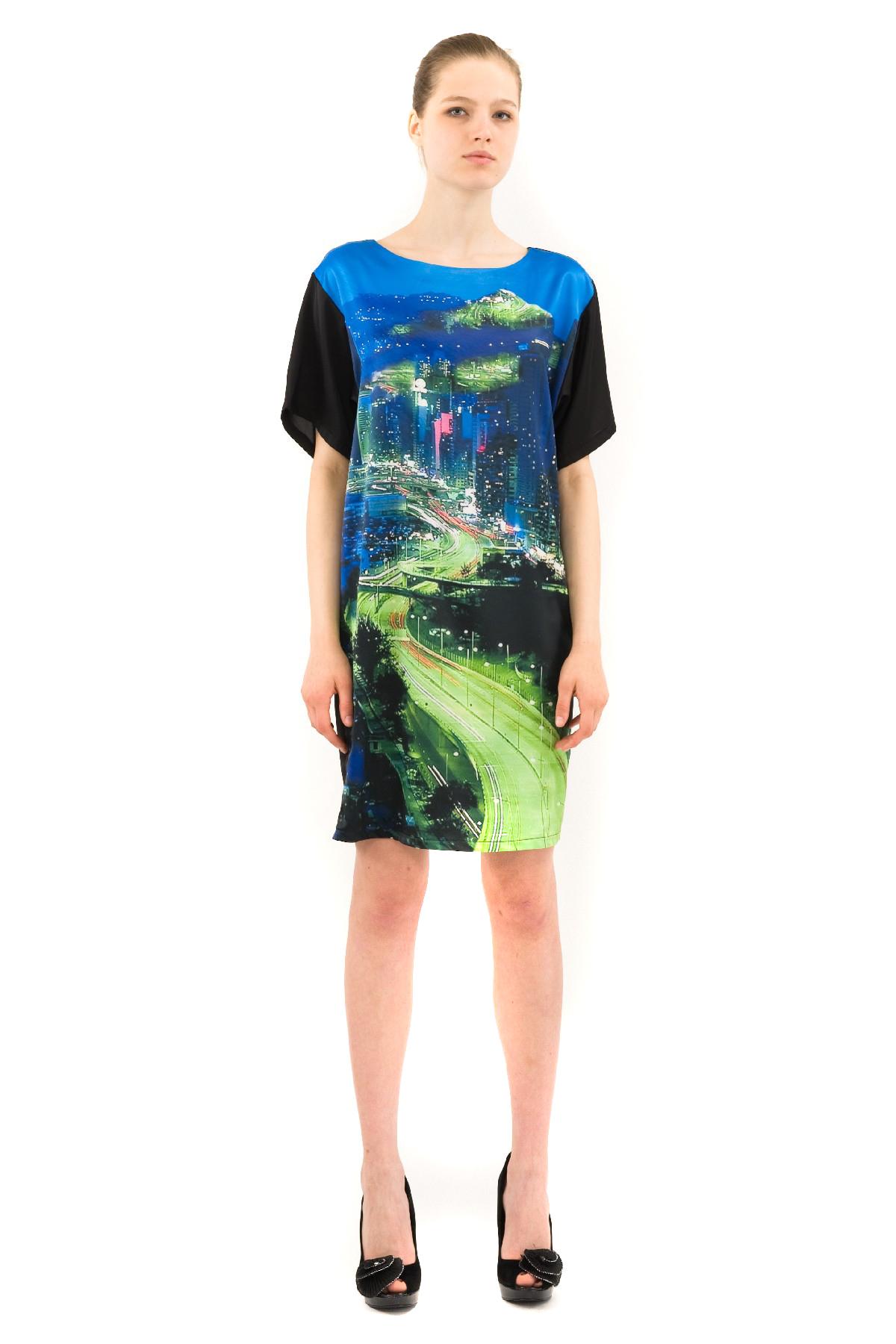ПлатьеПлатья,  сарафаны<br>Великолепное платье с дизайнерским принтом выполнено в стиле color blocking. Изделие свободного покроя с короткими рукавами и округлым вырезом горловины. Прекрасный вариант для создания эффектного образа.<br><br>Цвет: черный,зеленый<br>Состав: 100% полиэстер, подкладка-100% полиэстер<br>Размер: 40,42,44<br>Страна дизайна: Россия<br>Страна производства: Россия